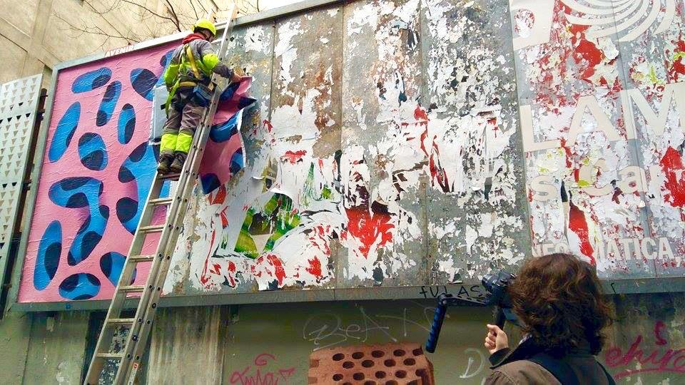 Operario colocando la pieza de Vulovak mientras Julien Gallez lo documenta. Foto: Elisa Rodríguez.