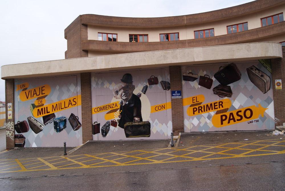 """Uno de los murales realizado por Antonio Samaniego y Mr. Trazo para """"Cuenca 2016"""", 2010. Abajo, ejemplo de """"36 days of type"""" de Antonio y Gonzalo Samaniego, 2017."""