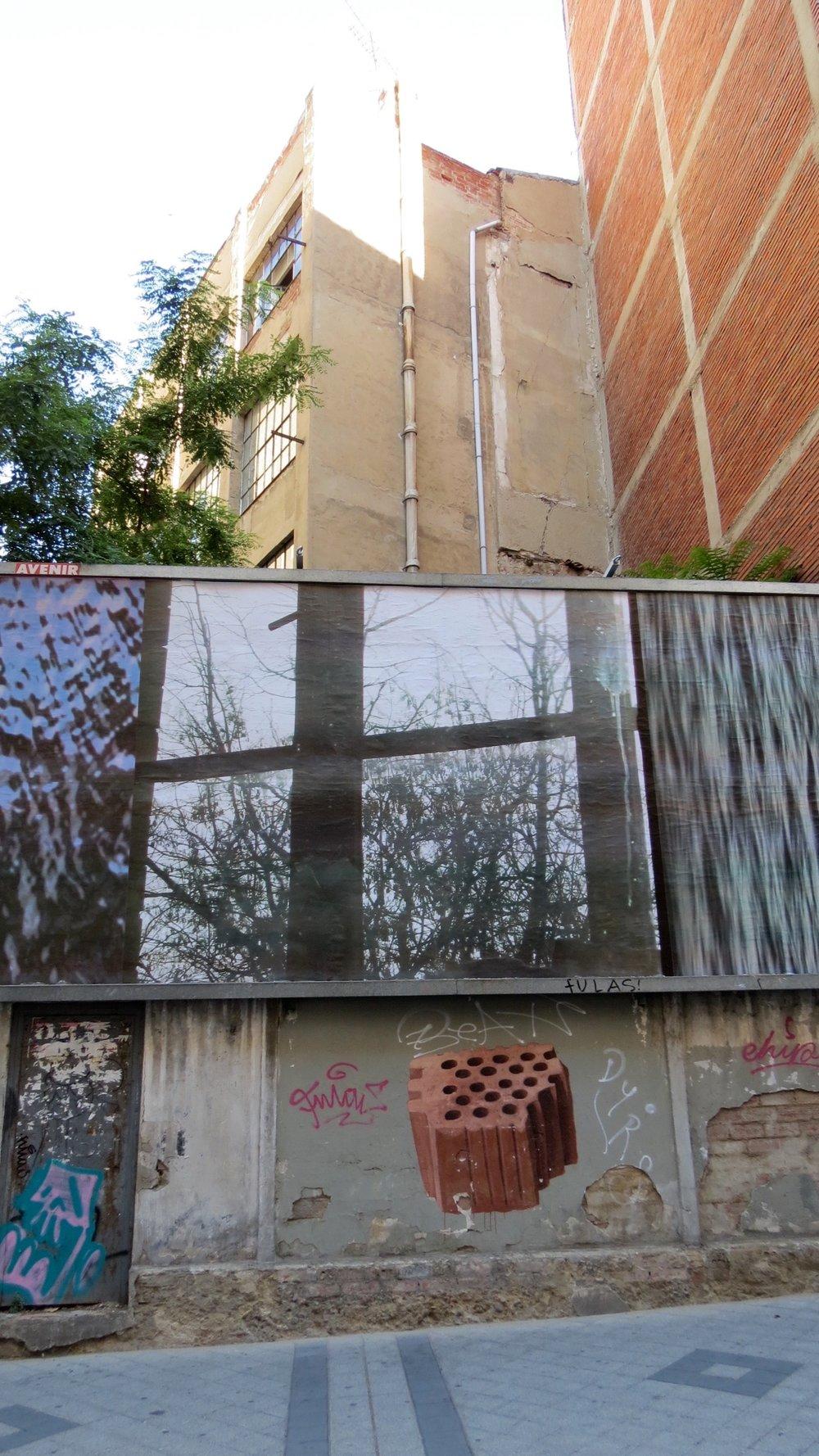 Detalle de la obra de Paulius Šliaupa colocada en la valla de Ocho por Tres durante el mes de agosto.