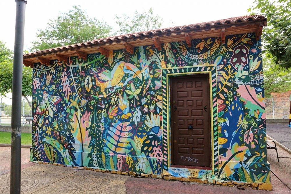 Mural por Gaspar Francés, Ana Nan, Daniel Morán e Inés Velázquez. La Bañeza, 2017. Foto: Román Ramírez.