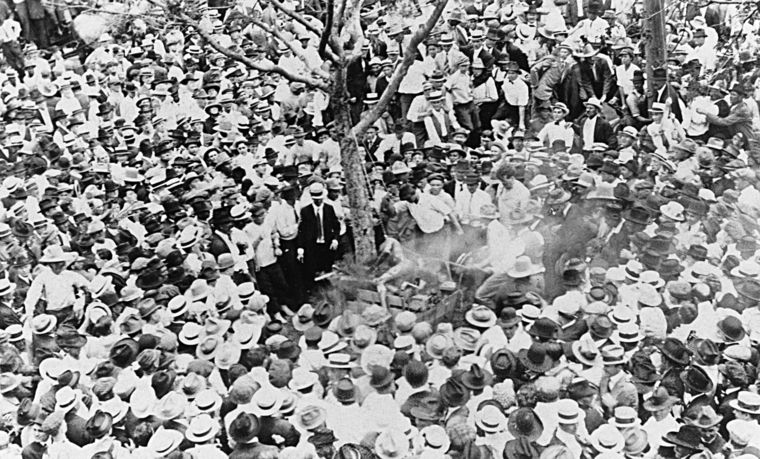 The lynching of Jesse Washington in progress