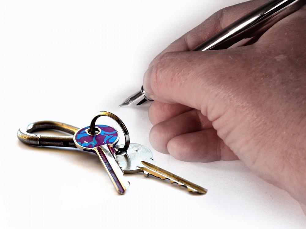 hand_key_house_keys_keys_pen_filler_fountain_pen_signature_lease-1131829.jpg