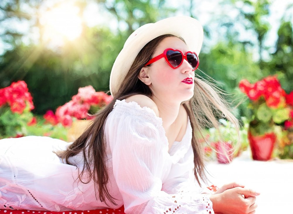pretty_woman_summer_sunshine_hat_sunglasses_young_female_fashion-716866.jpg