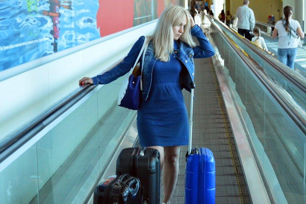 traveler_traveller_young_woman_girl_female_airport_travel-559768.jpg