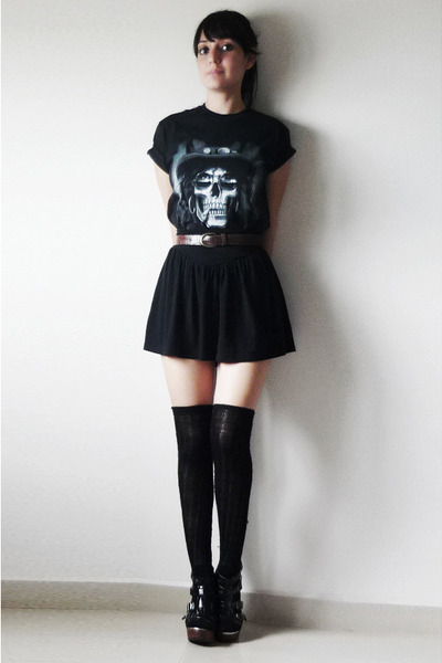 black-t-shirt-black-skirt-black-socks-black-shoes_400
