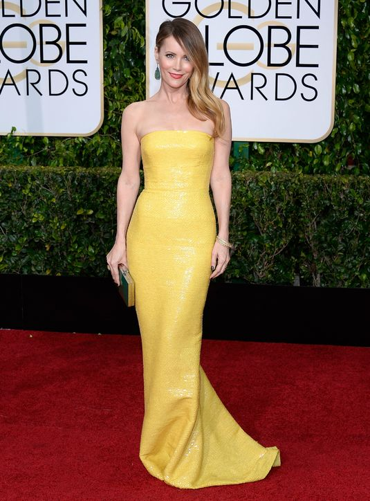 leslie-mann-yellow-dress-golde-globes-2015-h724