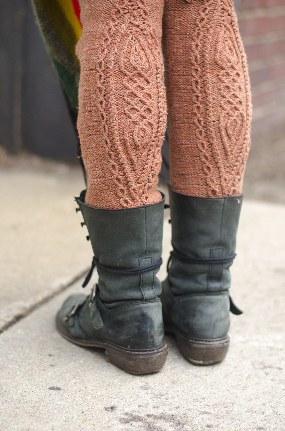 Traveling cable legwarmers