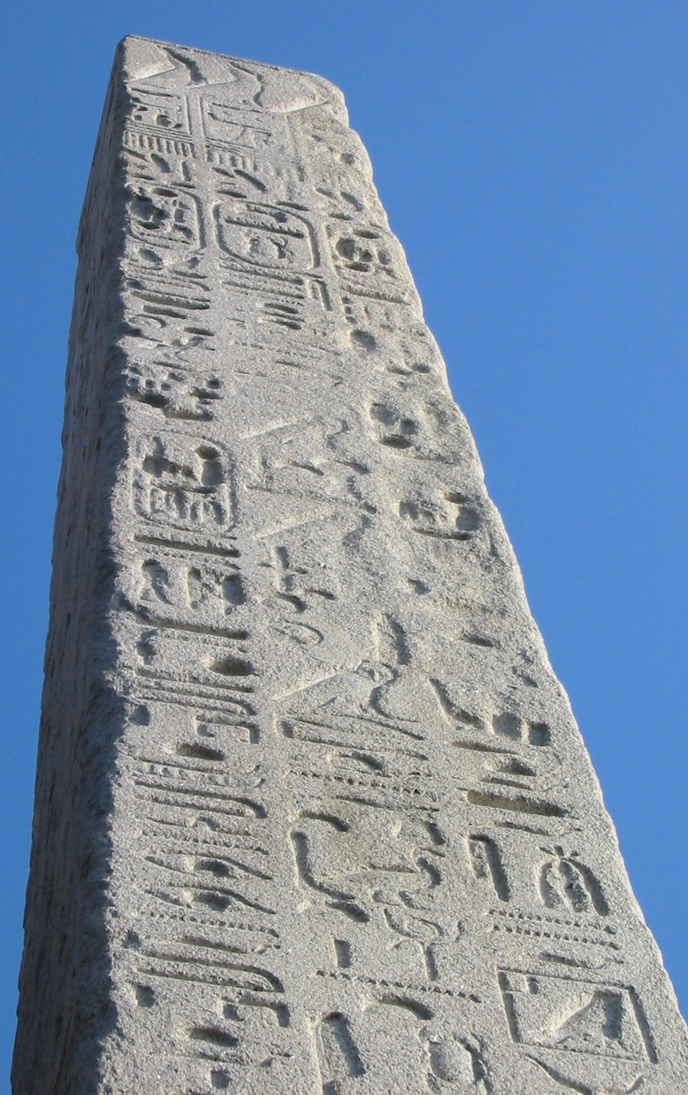 Cleopatra's_Needle_(London)_inscriptions.jpg