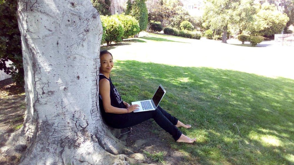 パソコンとネットがあれば、どこでもオフィス。4月のカルフォルニアは春めいてきて、みんなウキウキしてる感じ。