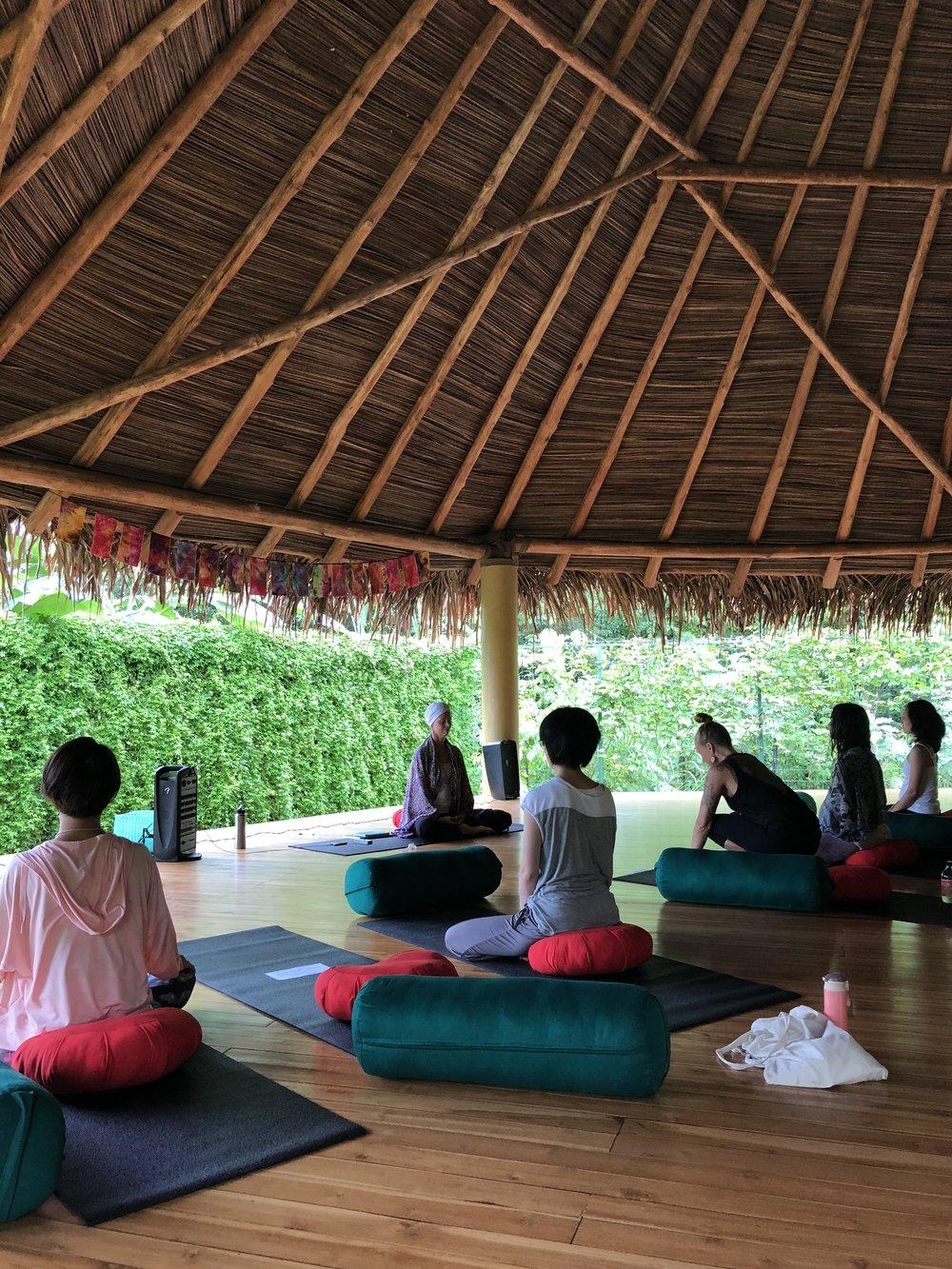クンダリーニ・ヨガのクラス。新しくできた、Buena Vibra Community Yogaのスタジオにて。呼吸と瞑想と動きによって、それぞれの中の光を高め、濁ったエネルギーを浄化させ、宇宙の光ともつながっていくクンダリーニ・ヨガ。パワフル!