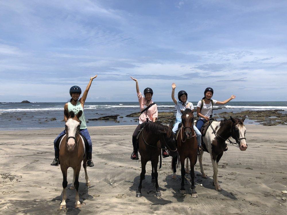 今年の参加者は3名。キャンセルが相次ぎ、少人数だったけれど、だからこそ一人一人と向き合うことができ、とても濃い時間を過ごすことができました。28歳、32歳、38歳、44歳(私)の年齢構成で、「若草物語の四人姉妹みたいだね!」と。写真は、大好評だった、乗馬体験!「自分の核と、馬の核と、地球の核がつながる瞬間でした」と表現した方も。ただの「乗馬」が、「乗馬メディテーション」になるのが、このリトリートの醍醐味なのです。