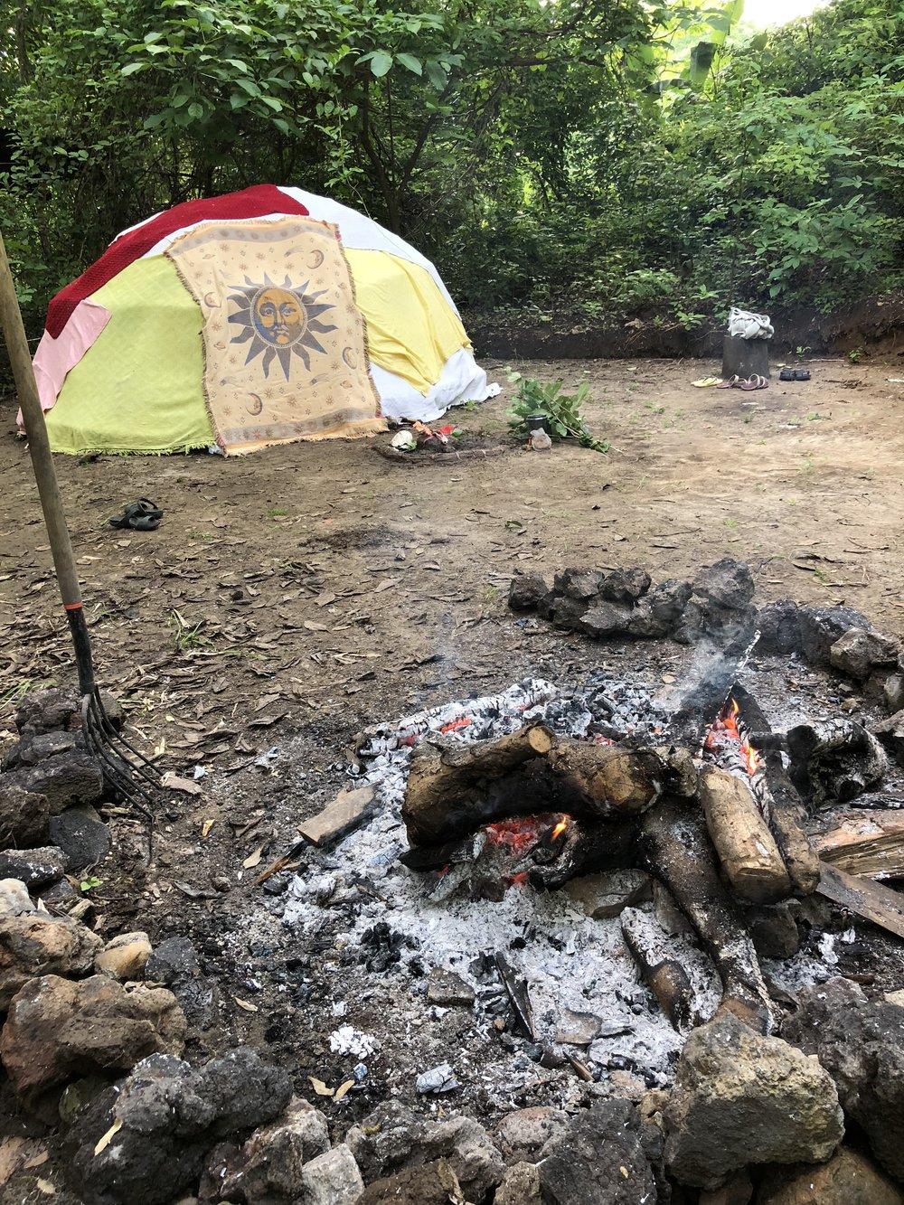 スウェット・ロッジは、伝統的な浄化の儀式。7方(4つの方角と、天と地と自分)の神様にお祈りした後、サウナの何倍も熱いテントの中に入って、祈り、歌い、内に入り込み、浄化と解放を経験します。普段のハイペースの生活では、なかなか触れることの少なくなってしまった、大いなるスピリット、全てのソース(根源)、自然のエレメント(火、風、土、空気)とつながる神聖な時間。まるで自分の子宮、地球の子宮とつながるような体験です。