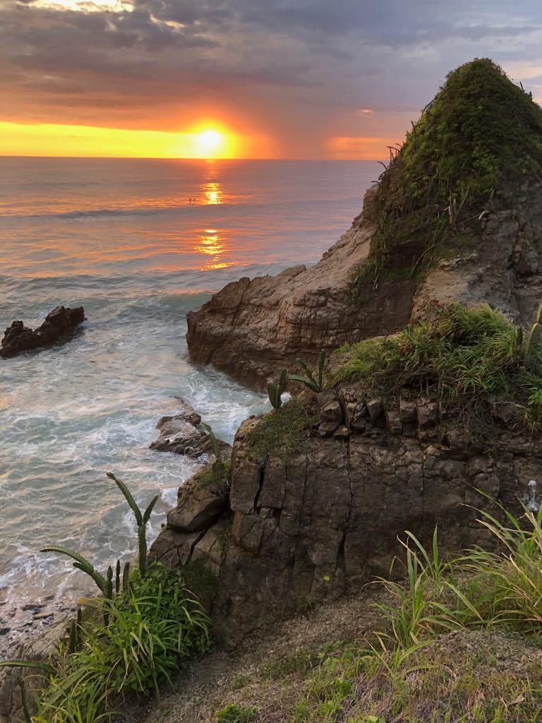 ヨニマッサージを受けたあとに、待っていてくれた夕日。もう言葉がありません。女性性を象徴する、水のエレメント、そしてこの岩は、リンガ岩と名付けました。全てを感じて、全てを受け入れ、全てを完璧に味わっています。