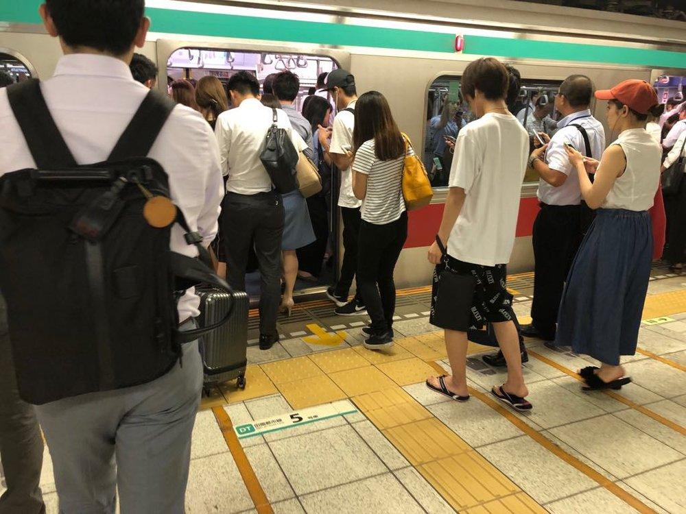 渋谷駅。平日の夜11時30分で、この人ごみ!みなさん、本当にお疲れ様です。