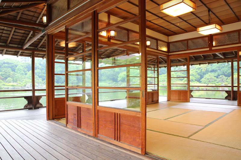 会場の 清澄庭園 内の「涼亭」は、こんなに素敵なところです。瞑想会にはうってつけの場所。紹介してくれた、後藤しかちゃんなど、どうもありがとう。ぜひ、みなさま。お誘い合わせの上、お越し下さいませねー。