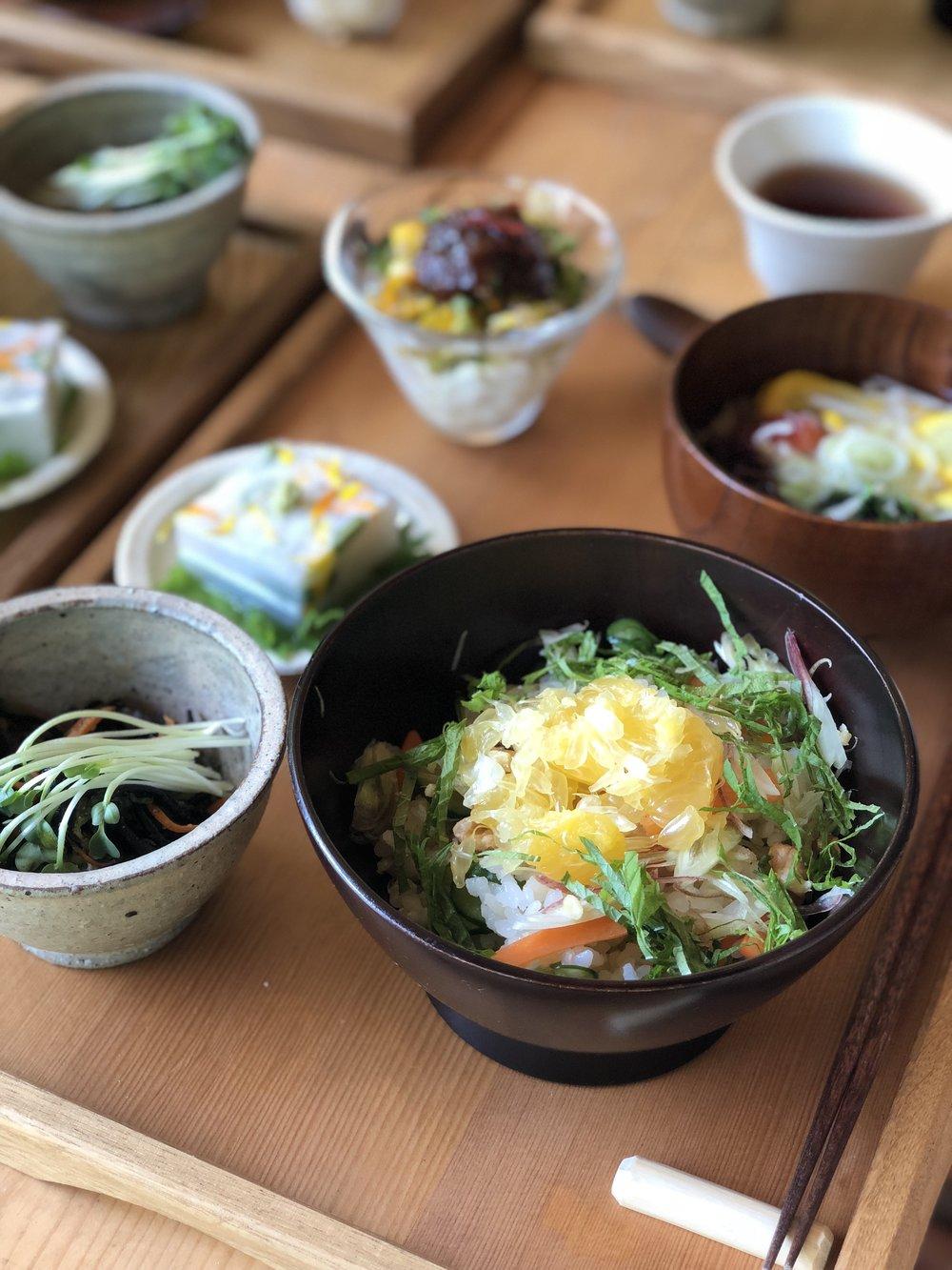 甘夏みかんのちらし寿司、トマトやモロヘイヤなど夏野菜が入ったおすまし、山芋のゼリー、ひじきの炒め物、コーンやゴーヤの小鉢、、、「命=いのち=いきのちから」をいただく、極上の幸せ。「いただいたエネルギーを平和なエネルギーに変えていきます」と手を合わせて、いただきました。すべてのつながりが完璧でした。ごちそうさまでした。