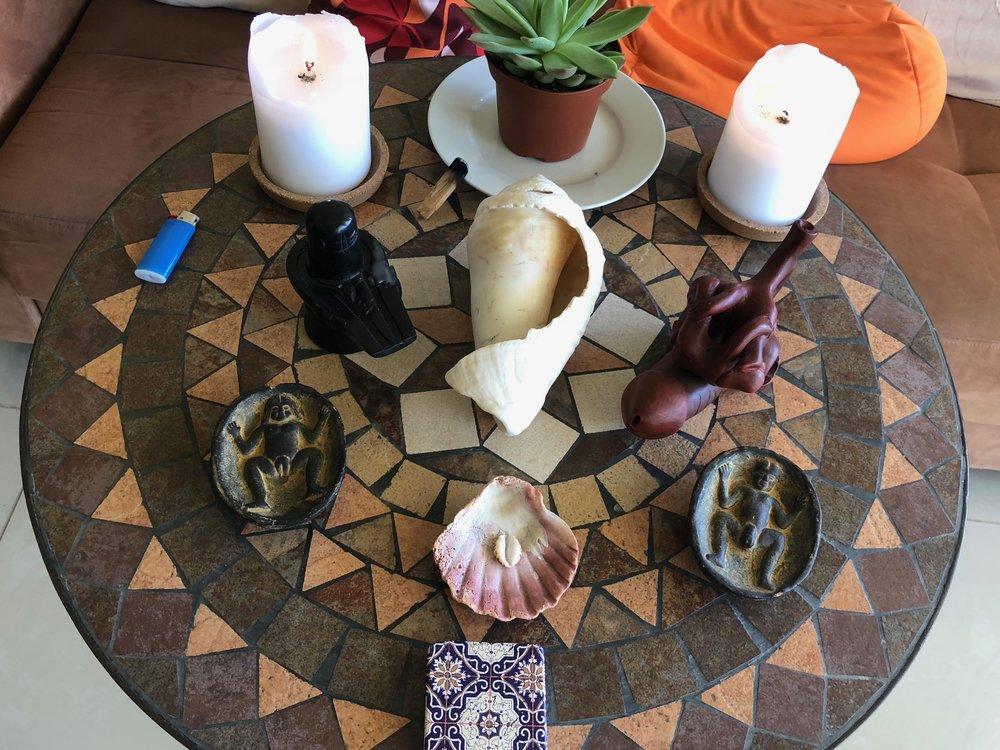 「テンプル・アーツ」とは? 自分の身体を寺院、テンプルと捉え、身体は神聖な魂の乗りものと扱うことから始めよう。そして、その寺院を流れる何にも影響されないピュアな生命の源泉を整えておく、そこから溢れ出るエネルギー、気みたいなものを感じ取る繊細さと明晰性を持ち合わせる。そんな意識とスキルを磨くために、数々の学びを提供してくれるのが、ISTA。「テンプル・アーツ」というのは、自分の身体、自分のエネルギー、自分の魂、そういったものを深く的確に捉えるための芸術、とも言える。本当にいろいろな角度から、自分自身の検証をして、寺院の大切さを知り、お掃除の仕方を知り、寺院の守り人としての役割を学ぶ、そんな知恵と経験と安全な場を、ISTAは「テンプル・アーツ」という形で提供してくれ流のです。