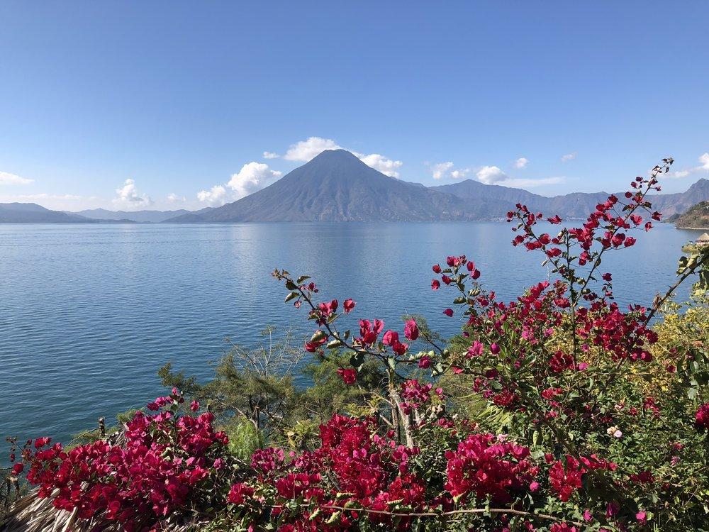 会場は、世界一美しいとされる、グアテマラ、アティトラン湖畔のリトリート会場。自然のエレメントと一体になり、心も身体も開ききる極上、そして自分の内側に入り込むインテンスな1週間!