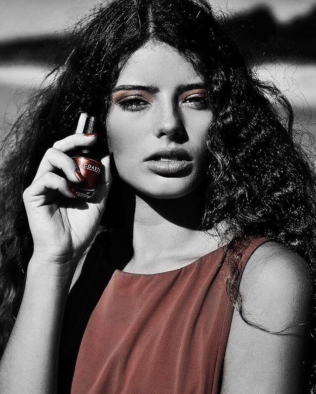 On a bad day, there's always nail polish 💁🏼💅🏻 Beauty @carla_sykes for @houseofgruzlewski // Image @mhvisuals #coastalbyhouseofgruzlewski #rosegold #bombshell