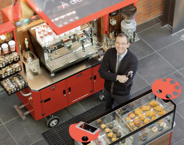 Olivier Combastel devant un des nouveaux véhicules de la flotte mobile Alto café