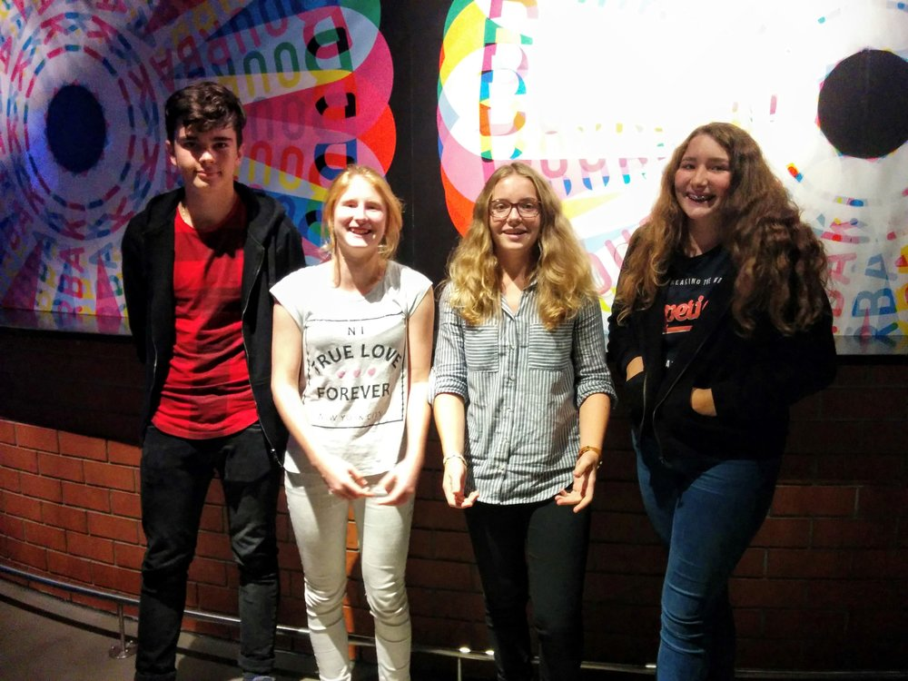 """Die GewinnerInnen des Klassenfilmwettbewerbs 2016 aus der Kantonsschule Sursee. Gewonnen haben sie CHF 500.- für die Klassenkasse sowie einen Besuch der SRF Studios in Leutschenbach für ihren Film """"Lorelei""""."""