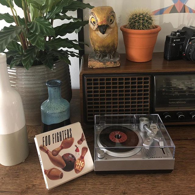 "@elinedegraaf 🔻"" My boyfriend is a big Foo Fighters fan, that makes it a cool collectable for the both of us.""🔻 #vinyljunkies #vinylcollector #crosleyradioeurope #crosley #3inchrecord #interiordesign #letsdovinyl #recordplayer #recordstoreday2019"