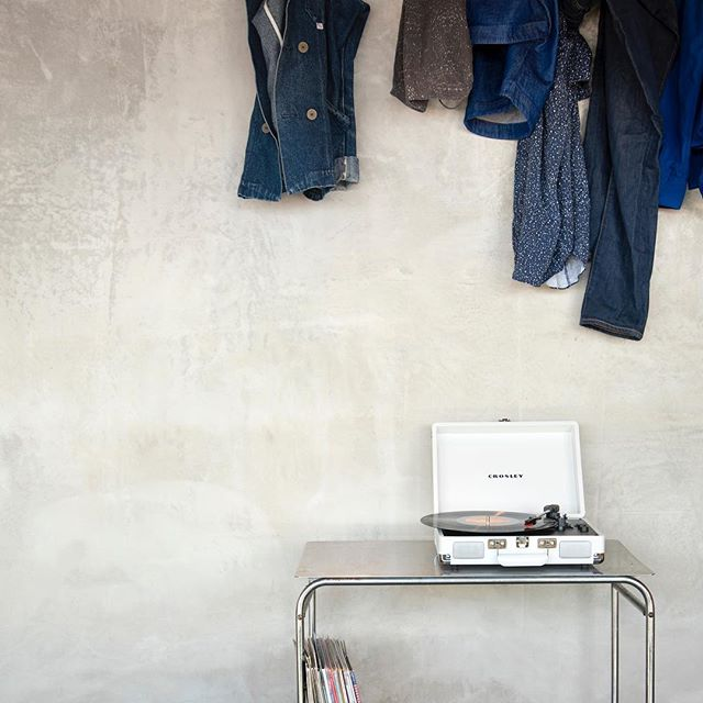 🔸Shop local🔸 Browse along the streets in your favourite city, instead of on your screen and see what surprises you!  #offlineonly  Photography @mariskakerpel #crosleycruiser #colorinterior #brutalism #crosley #crosleyradioeurope #denim #interiordesign