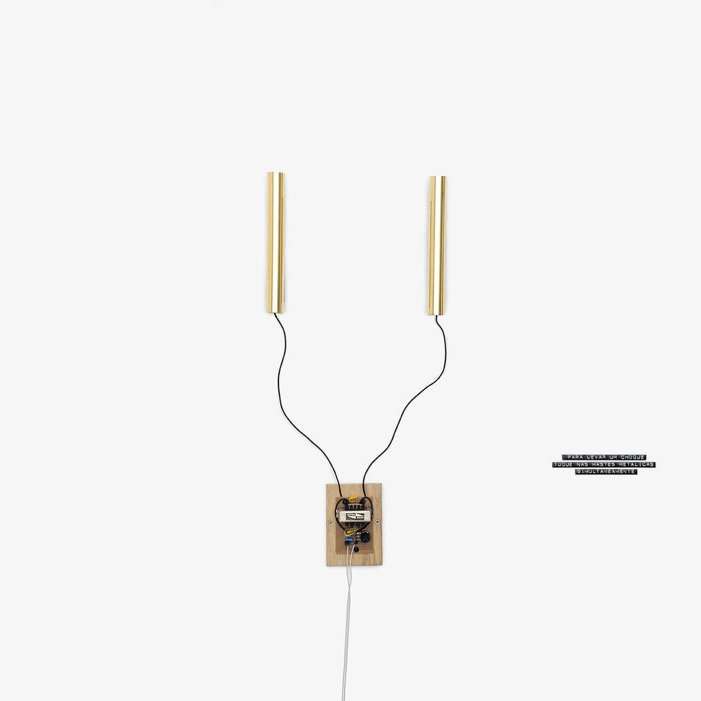 Gabriela Mureb_ID0418_Para elvar um choque toque nas hastes metalicas simultaneamente_2016_eletricidade, transformador, latao e ouro_150x29x6cm.jpg