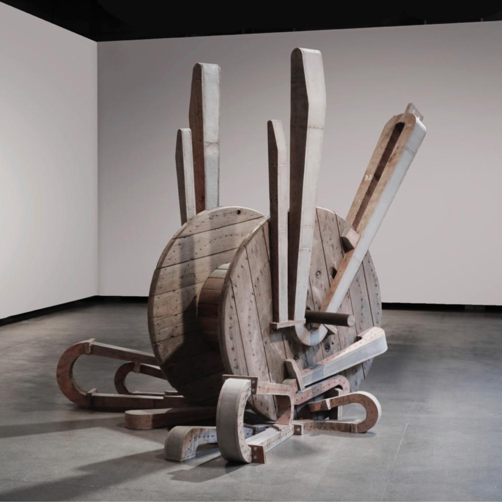 Você consegue sentir o peso dos seus ossos?,  2017  madeira, concreto e metal  240 x 150 x 230 cm