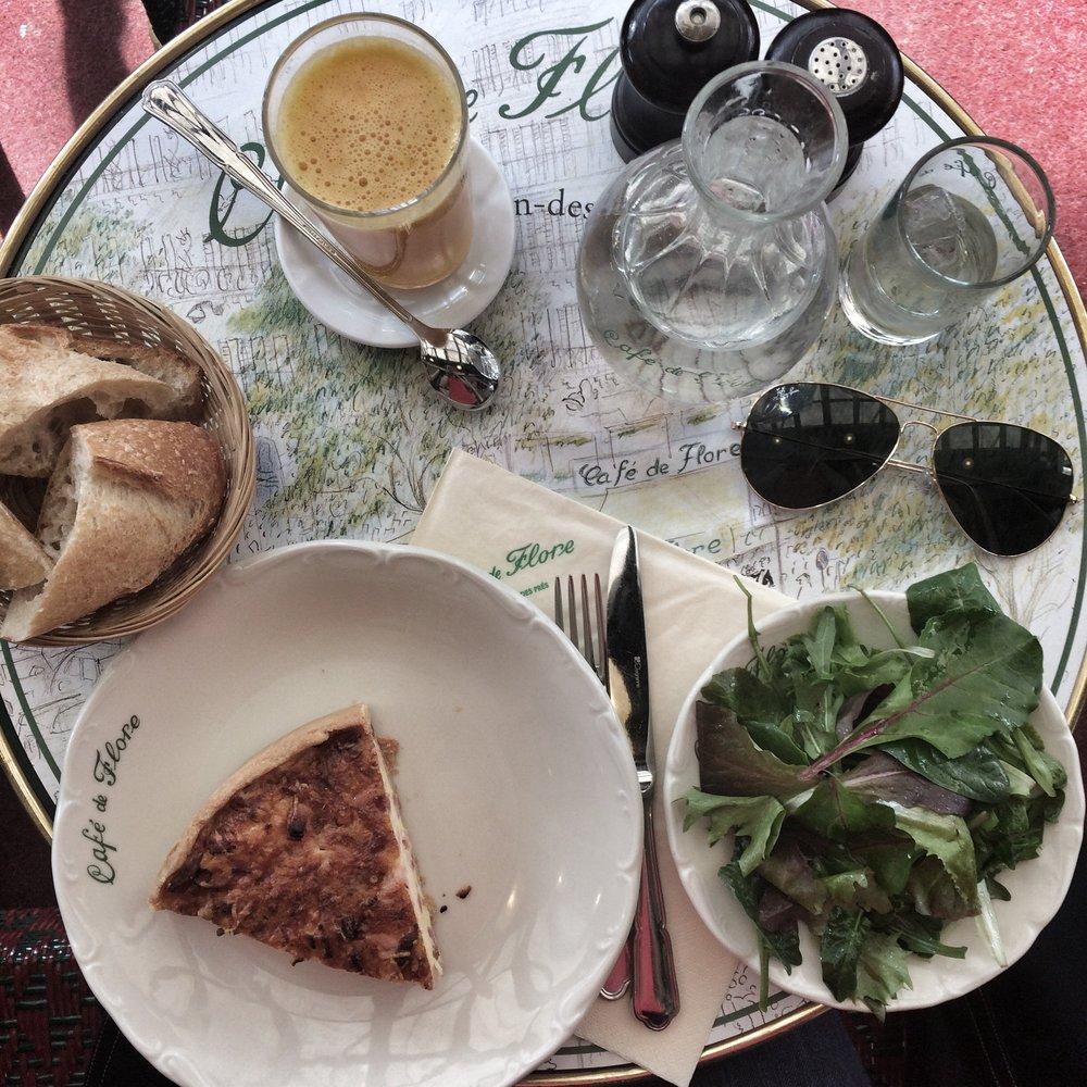 Cafédes Flores: quiche lorraine, jus d'orange s'il vous plaît