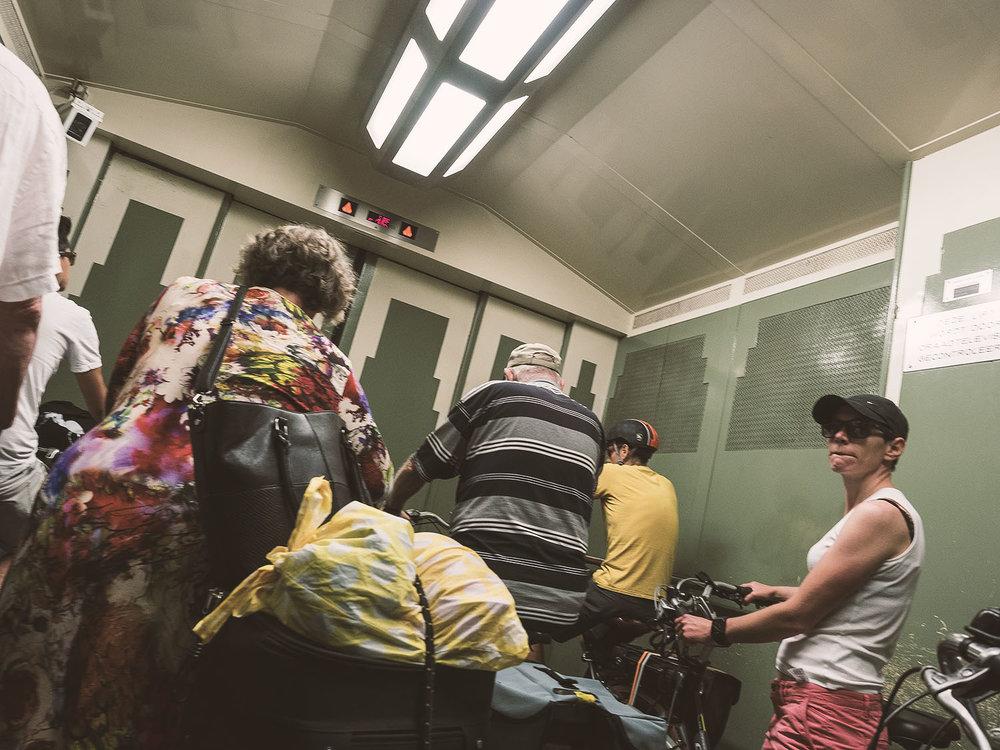 Im Fahrstuhl im Sint-Annatunnel, Antwerpen, warten wir mit unseren Bikes auf Licht am anderen Ende.