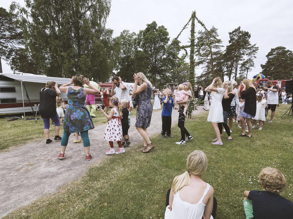 Auch eine lustige Tradition der Schweden: das Mittsommerfest