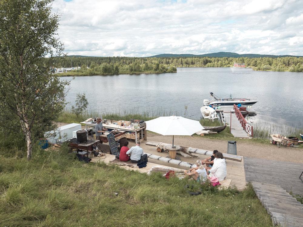 Gemütliches Cafe mit Blick auf den Inari See