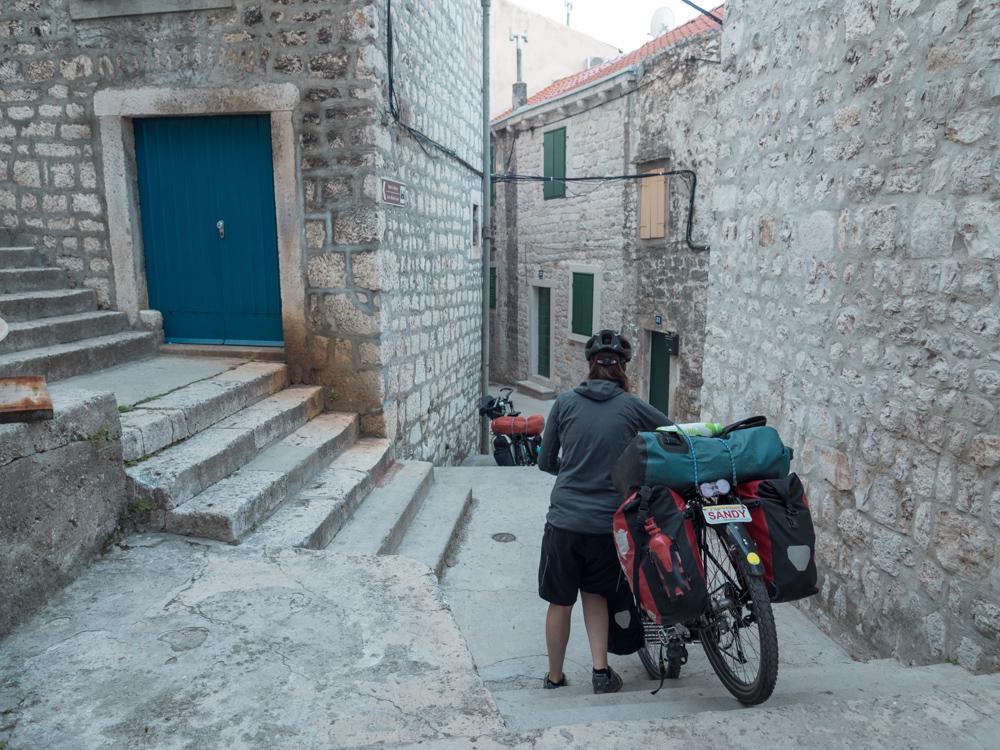 Die Unterkunft liegt mitten in der Altstadt umringt von Treppen