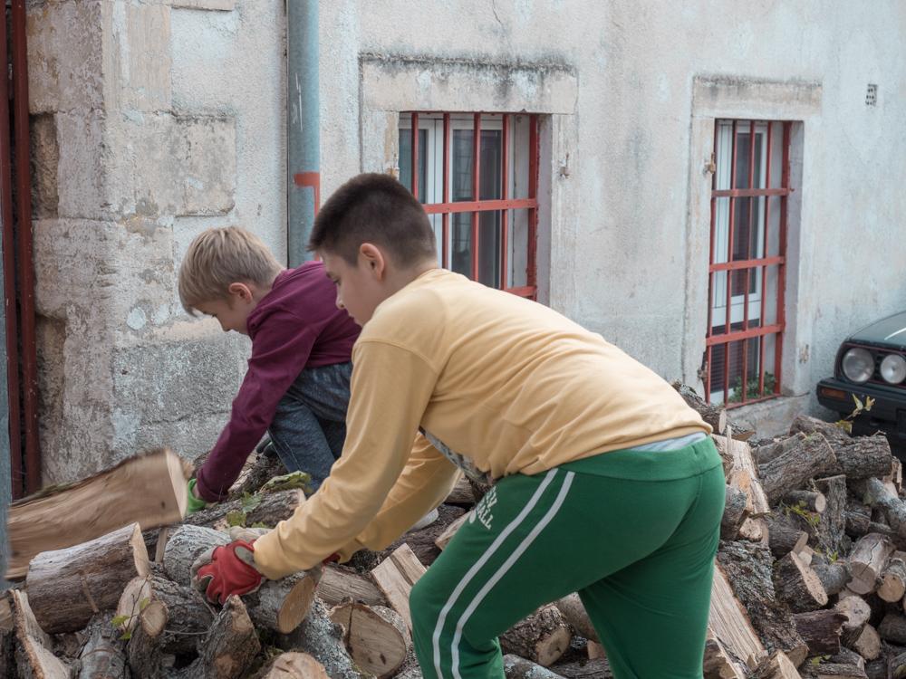 In Mostar: die Jungs helfen uns die Unterkunft zu finden