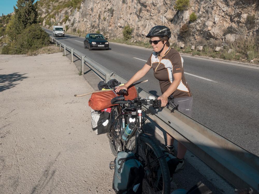 Velos über die Leitplanke heben bei starkem Verkehr, nicht ganz ohne