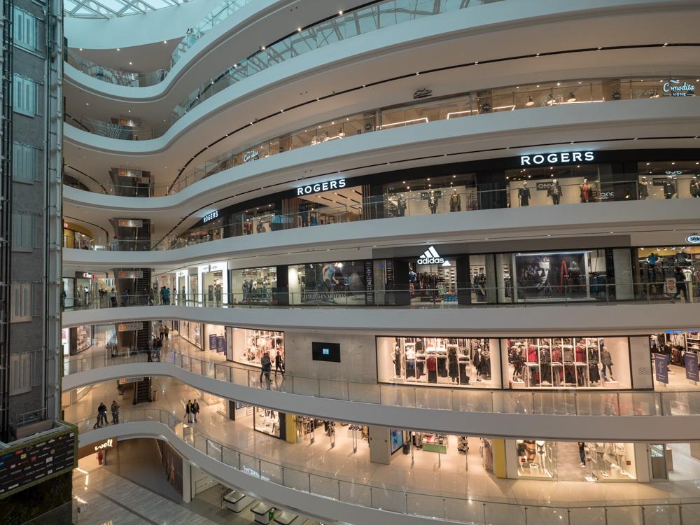 Szenenwechsel: modernes Shoppingzentrum in Tirana