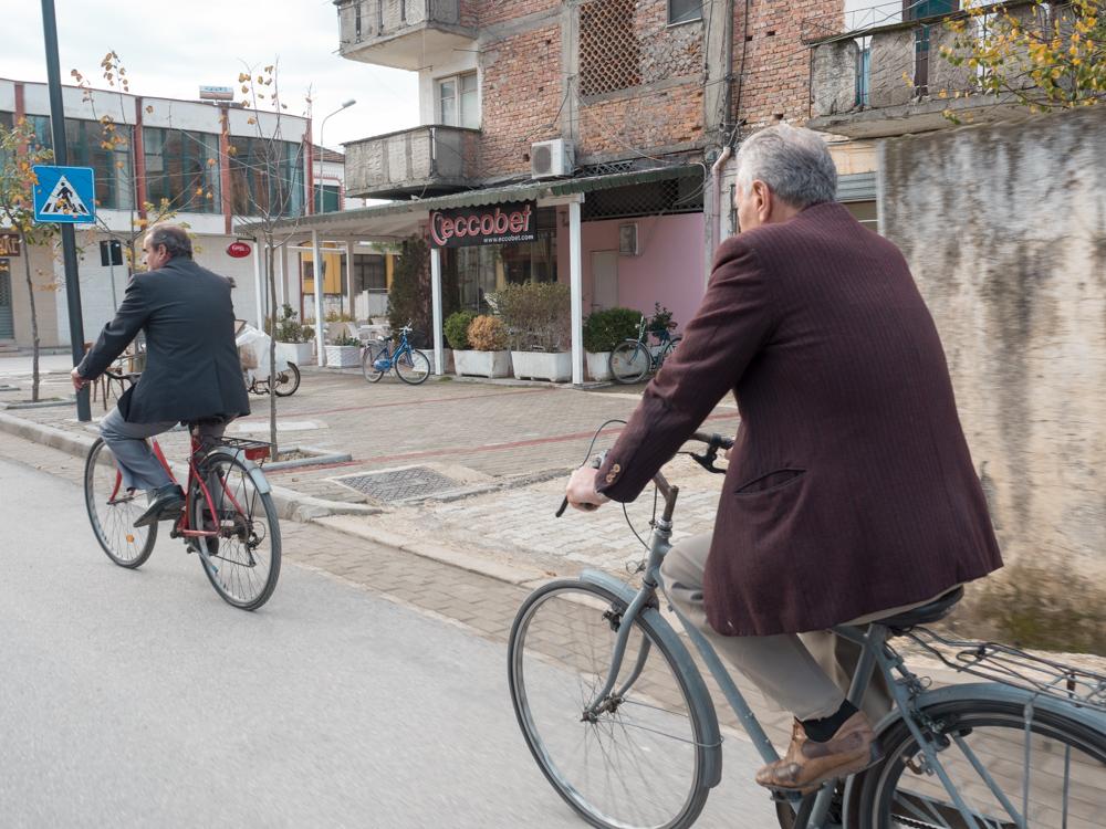 Fahrradfahren ist hier ziemlich populär bei den Senioren. Aber bitte in schönen Klamotten