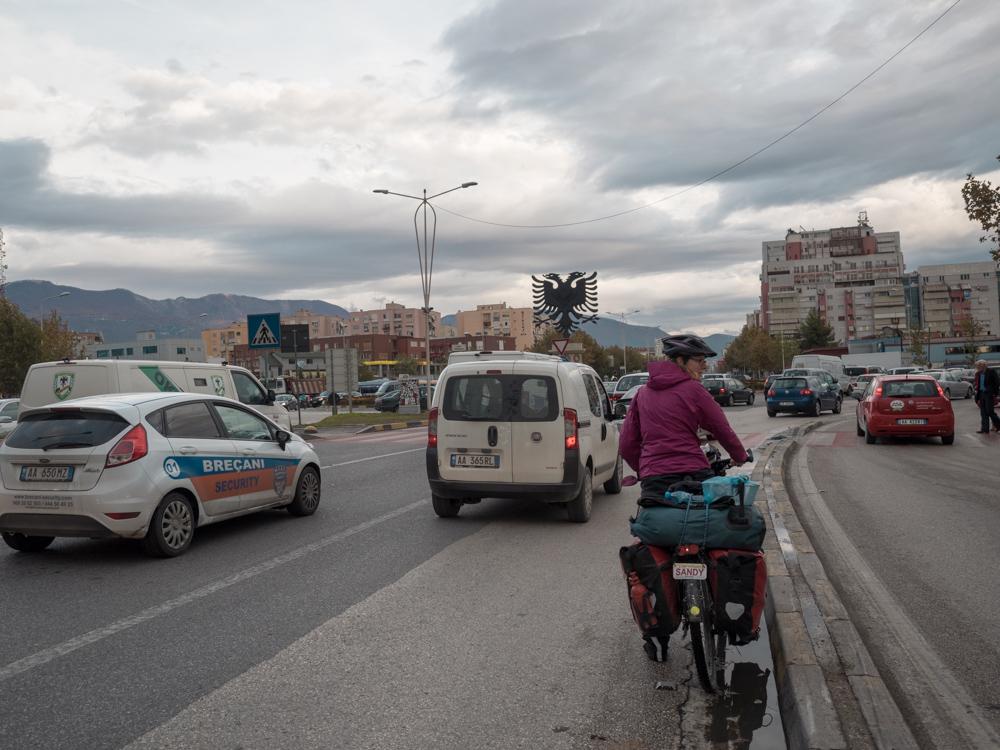 Ankunft in Tirana. Der Verkehr ist vergleichsweise enorm