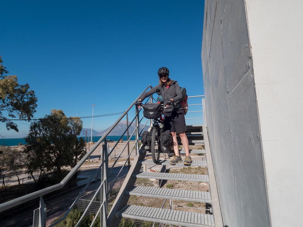 Am Ende der Brücke erwartet uns eine Treppe