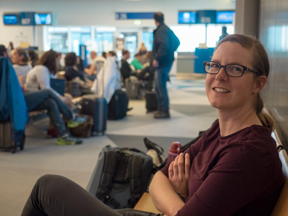 Warten auf den Flug in die Schweiz