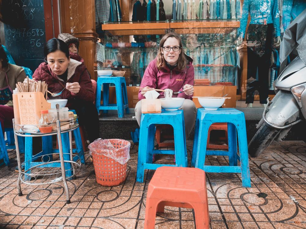 Streetfood in Hanoi. Die Grösse der Stühle ist gewöhnungsbedürftig