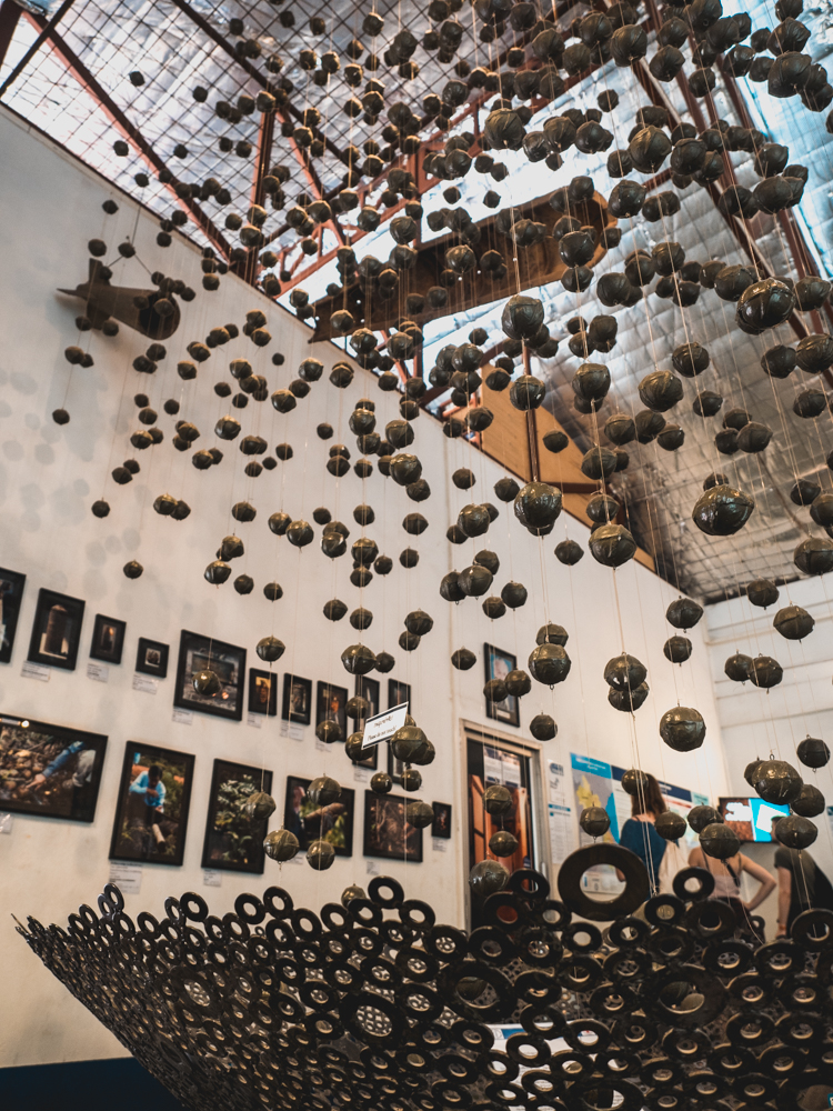 Das COPE Visitor Center in Vientiane stellt Prothesen und Gehhilfen her, welche den Minenopfern gratis abgegeben werden