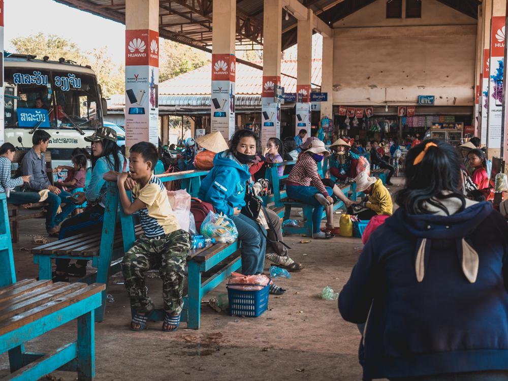 Ein typischer Busbahnhof in Laos. Als Tourist wird man in Ruhe gelassen