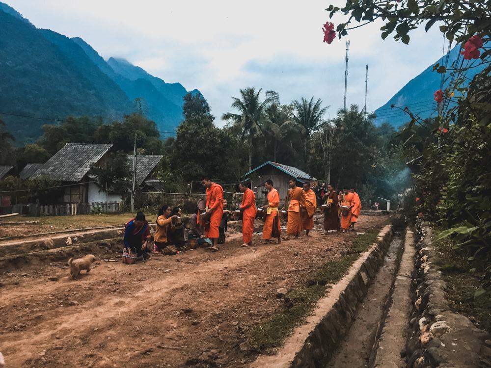 Ganz früh morgens starten die Mönche zu ihrem Almosengang