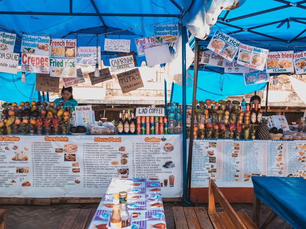 Luang Prabang: Etwa sieben Stände neben einander verkaufen genau das gleiche