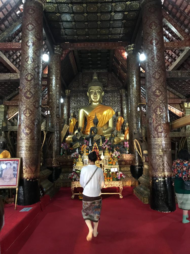 In einem Tempel in Laos. Die Dame musste einen Sarong umbinden