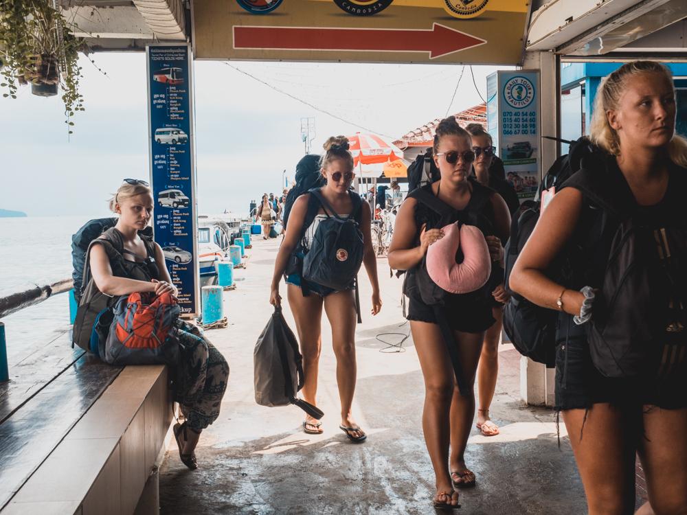 Ein paar Touristen in Hotpants, die von einer Partyinsel wieder ans Festland gebracht wurden.