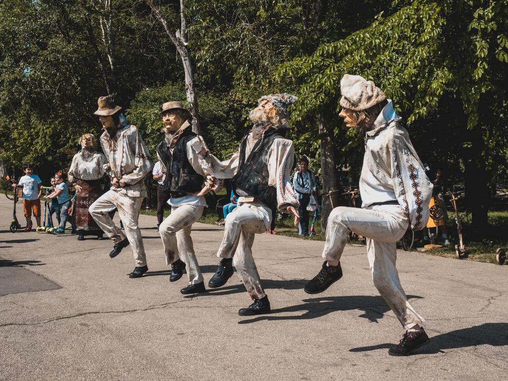 Im Park von Bukarest werden wir von einer Tanzgruppe überrascht