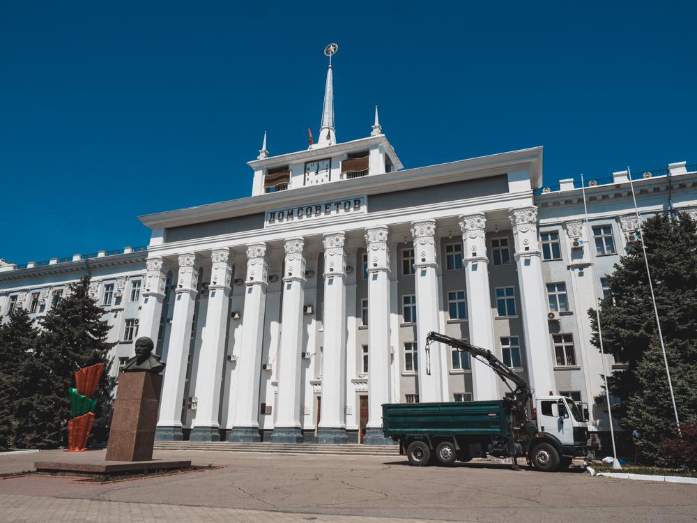 Das Parlamentsgebäude von Tiraspol mit Lenin Statue